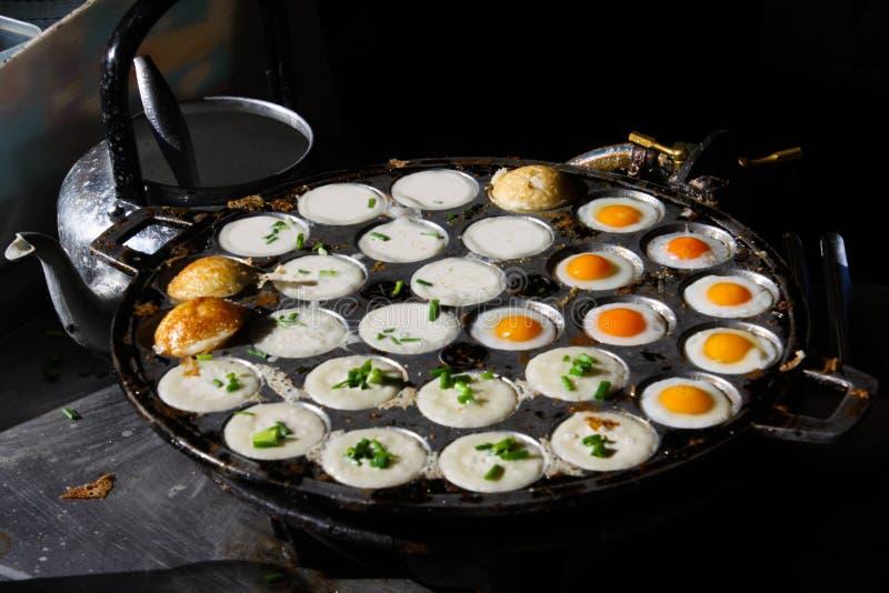 Alimento tailandese della via in Chiang Mai con le uova fritte ed i pancake del budino della noce di cocco fotografia stock libera da diritti