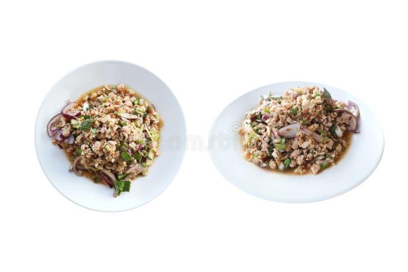 Alimento tailandese di stile del MOO Isan di Larb, insalata tritata piccante della carne di maiale isolata su fondo bianco con il fotografia stock