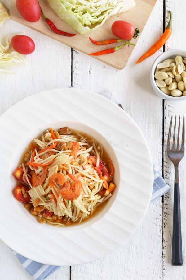 Alimento tailandese famoso dell'insalata della papaia sulla tavola di legno bianca fotografia stock