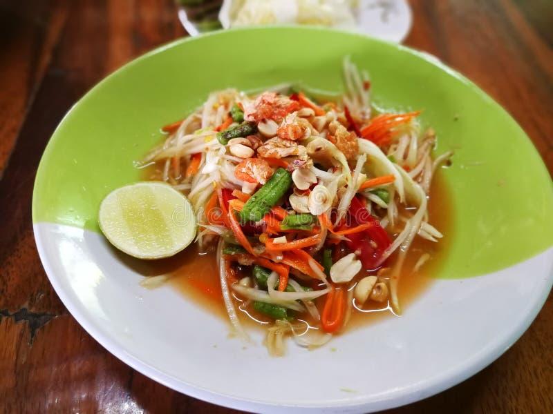 Alimento tailandese famoso, insalata della papaia o che cosa abbiamo chiamato ` di Somtum del ` in tailandese Insalata verde dell fotografia stock