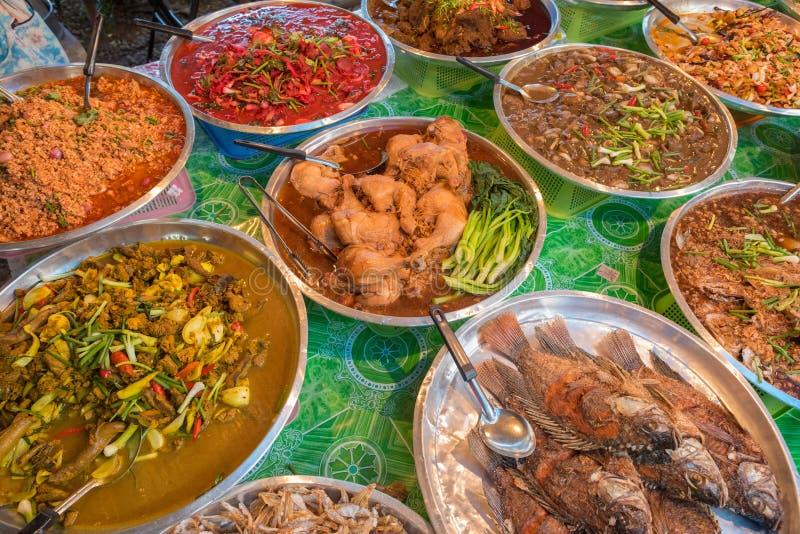 Alimento tailandese nel mercato in Krabi fotografia stock