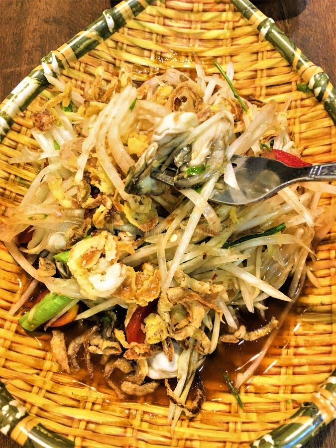 Alimento tailandese piccante dell'insalata della papaia dell'ostrica immagine stock