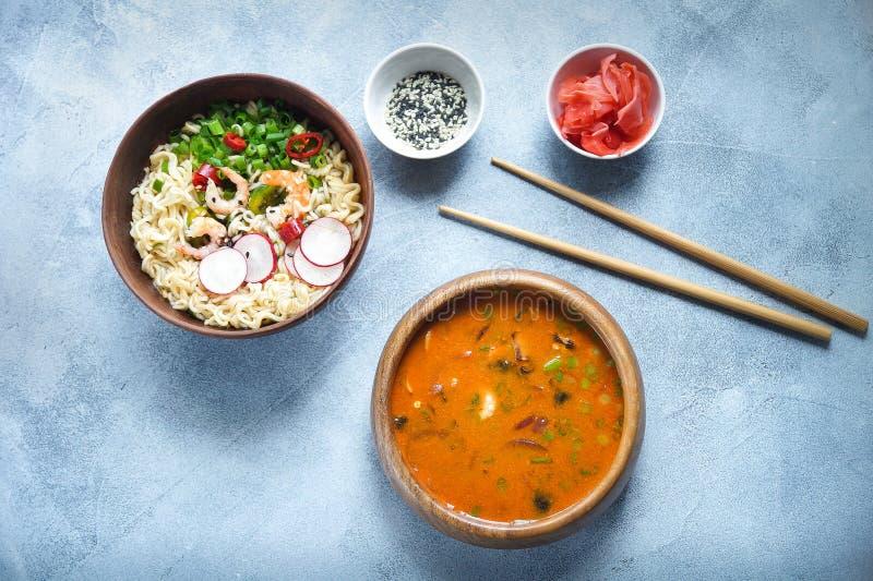 Alimento, Tom Yam e Ramen asiáticos com camarões, alimento tailandês na bacia de madeira, macarronetes de ovo, vista picante, sup fotos de stock