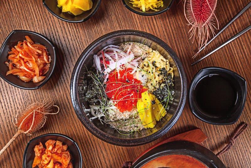 Alimento tradicional coreano da configuração lisa com o kimchi no fundo de madeira Macarronetes coreanos com cebolas, molho verme fotos de stock royalty free