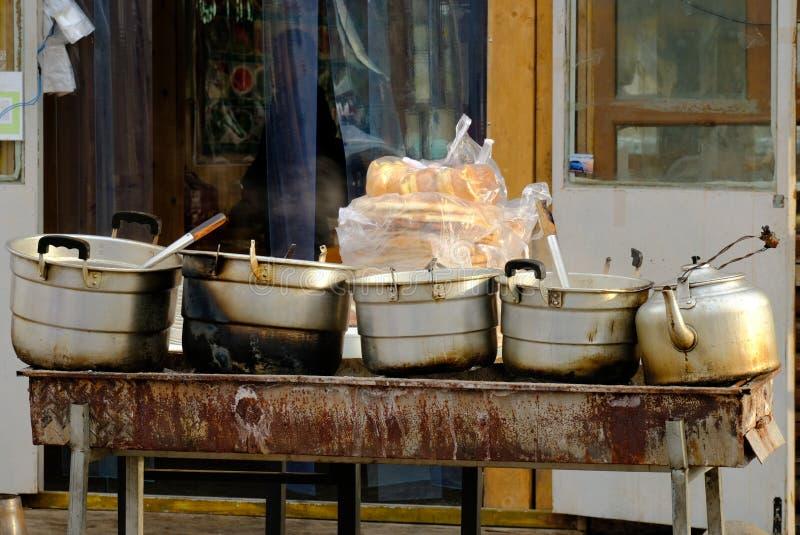 Alimento tradicional da rua da manhã em China, usando o fogo de carvão para a sopa de aquecimento imagem de stock