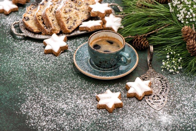 Alimento tradicional dos feriados das cookies de Stohlen do bolo do Natal do café imagem de stock