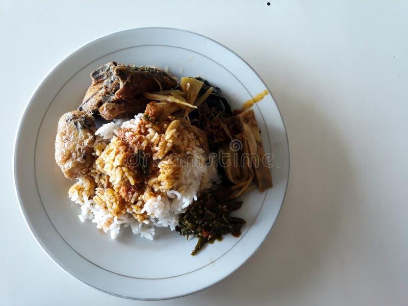 Alimento tradicional indonésio de sumatra ocidental Padang e frango frito foto de stock