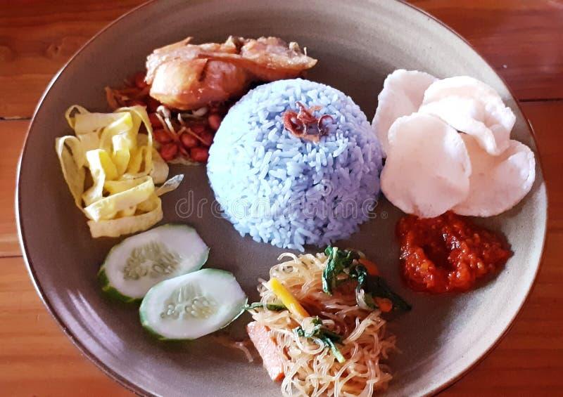 Alimento tradicional indonésio, uduk azul do nasi imagem de stock royalty free