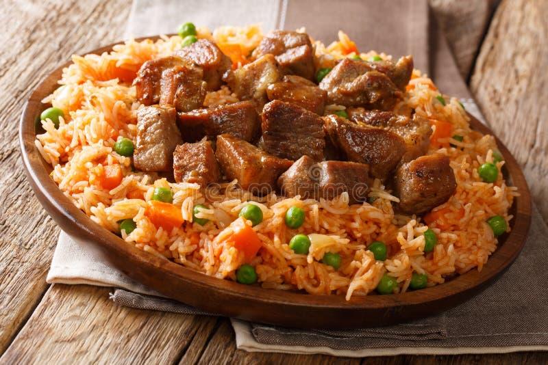 Alimento tradicional mexicano: arroz cozinhado com tomates, ervilhas verdes fotos de stock