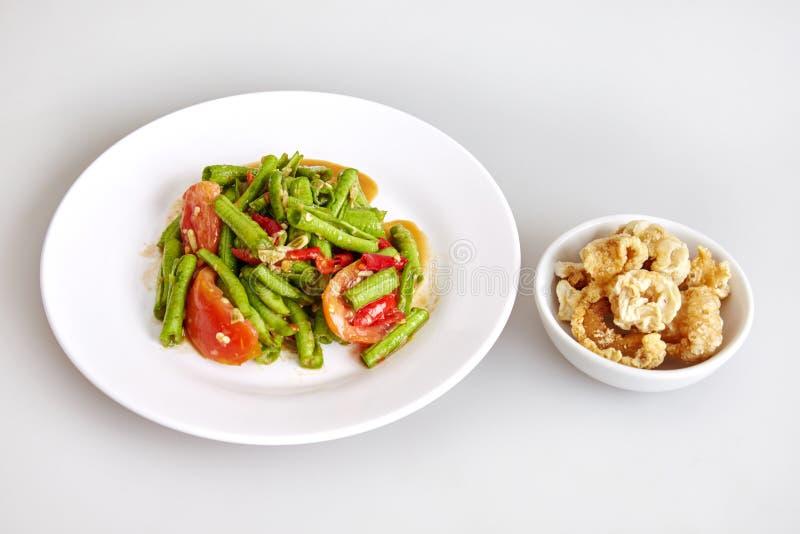 Alimento tradicional tailandês, salada longa do feijão picante, com pele friável da carne de porco, fundo branco - vista superior imagens de stock royalty free