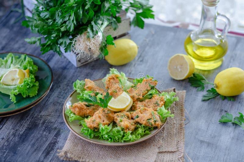 Alimento tradicional turco, bolas da lentilha com ervas frescas, fotografia de stock royalty free
