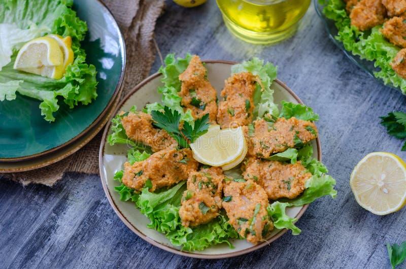 Alimento tradicional turco, bolas da lentilha com ervas frescas, foto de stock royalty free