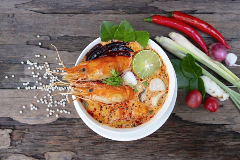 Alimento tradizionale della minestra acida piccante della minestra del gamberetto o di Tom Yum Goong in Tailandia fotografia stock