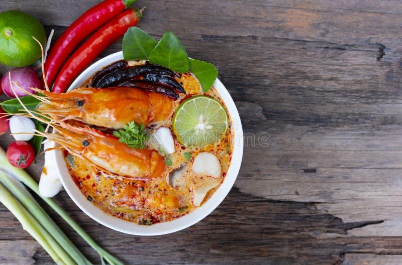 Alimento tradizionale della minestra acida piccante della minestra del gamberetto o di Tom Yum Goong in Tailandia immagine stock libera da diritti