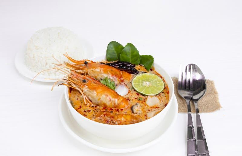 Alimento tradizionale della minestra acida piccante della minestra del gamberetto o di Tom Yum Goong in Tailandia immagini stock