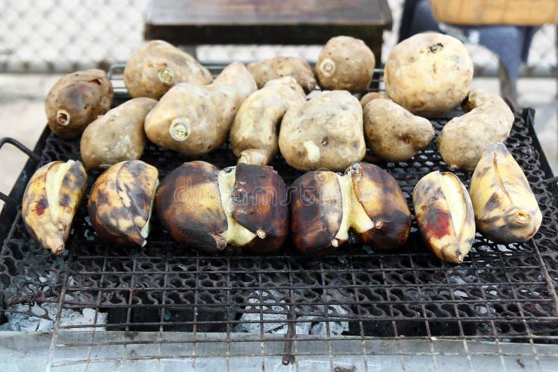 Alimento tradizionale della via della Tailandia - banane arrostite e patata dolce fotografia stock