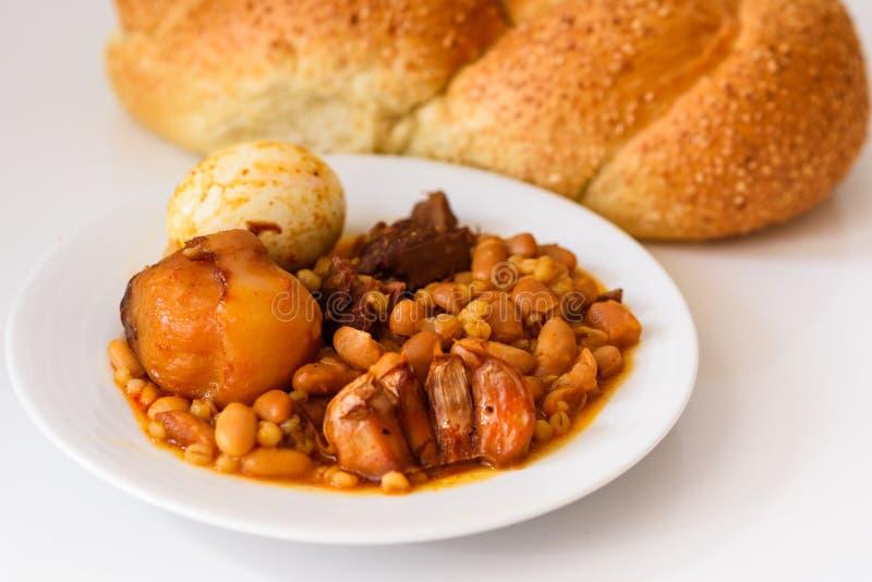 Alimento tradizionale di sabato o di Shabbat sulla tavola bianca nella cucina immagine stock