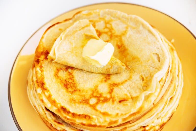 Alimento tradizionale russo Pancake fritti appetitosi durante la settimana del pancake immagine stock libera da diritti