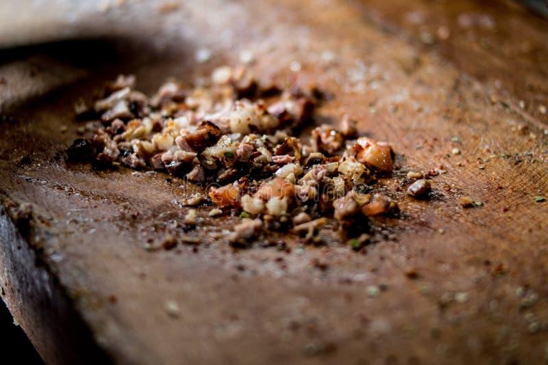 Alimento turco Kokorec da rua feito com entranhas, tomates e especiarias dos carneiros foto de stock royalty free