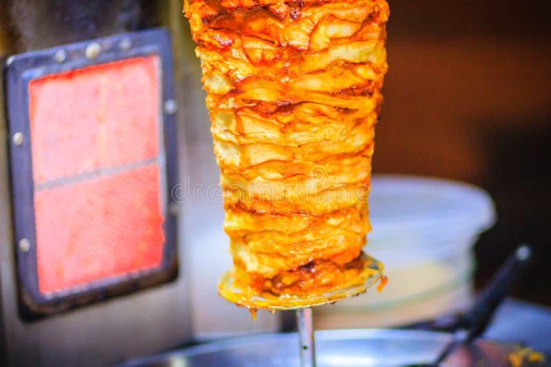 Alimento turco tradizionale, kebab di Doner nel ristorante Figli fotografia stock libera da diritti