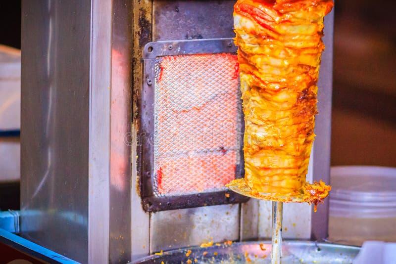 Alimento turco tradizionale, kebab di Doner nel ristorante Figli immagini stock libere da diritti