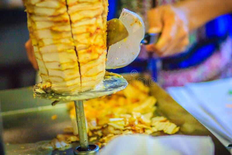 Alimento turco tradizionale, kebab di Doner nel ristorante Figli fotografia stock
