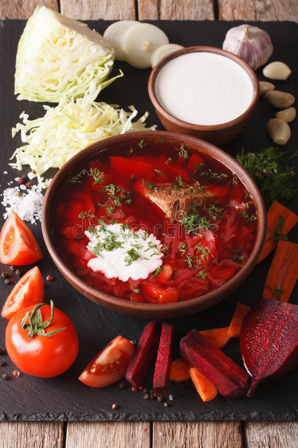 Alimento ucraino: borsch rosso della minestra con gli ingredienti sul bordo dell'ardesia fotografia stock libera da diritti