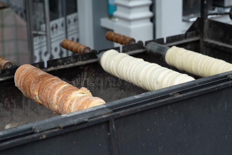 Alimento ungherese tradizionale della via Kolac casalingo del kurtosh Trdelnik casalingo immagine stock libera da diritti