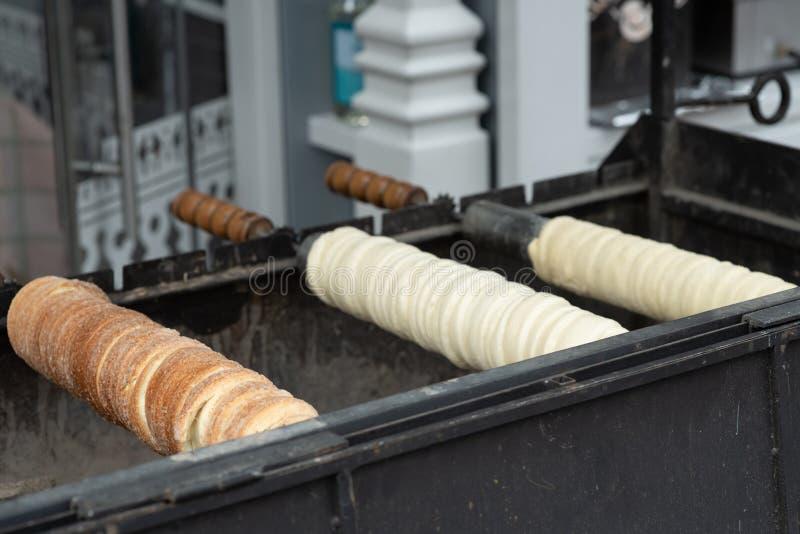 Alimento ungherese tradizionale della via Kolac casalingo del kurtosh Trdelnik casalingo immagini stock libere da diritti