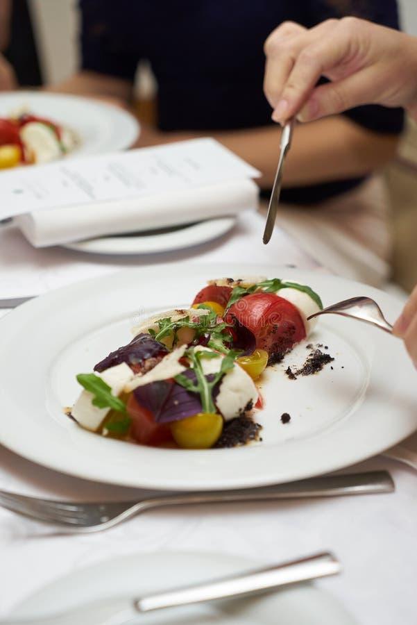 Alimento vegetariano con i pomodori marinati, rucola, che della mozzarella fotografie stock
