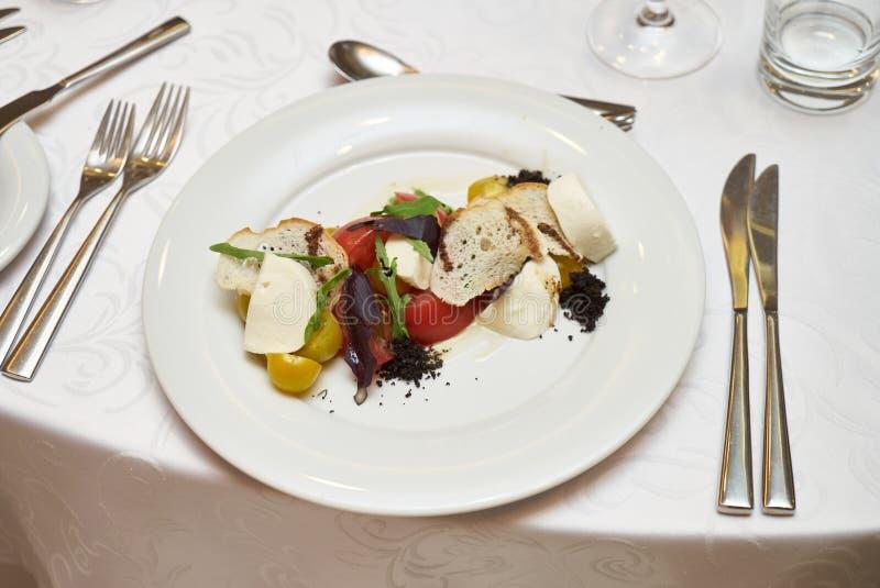 Alimento vegetariano sano con i pomodori marinati, fotografie stock libere da diritti