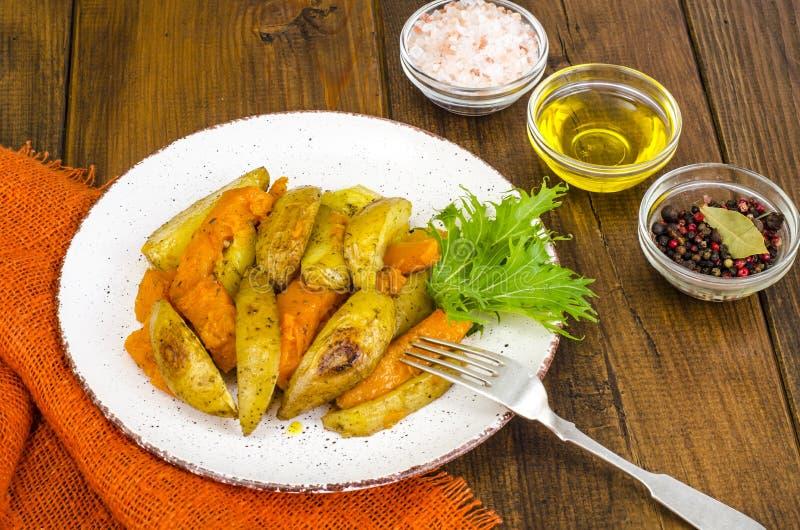 Alimento vegetariano sano di dieta, verdure al forno, zucca e patate fotografia stock libera da diritti