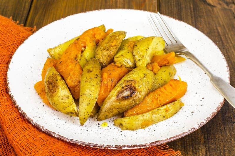 Alimento vegetariano sano di dieta, verdure al forno, zucca e patate immagine stock libera da diritti