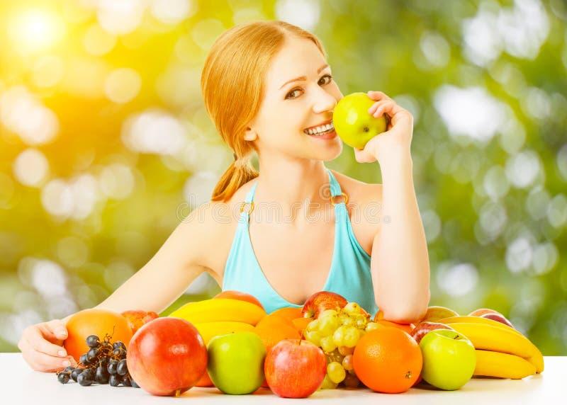 Alimento vegetariano sano mujer feliz que come la manzana en verano foto de archivo