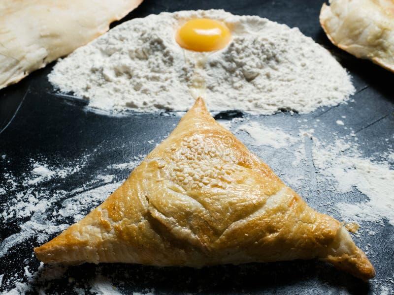 Alimento veloce etnico della via della pasta sfoglia dell'Uzbeco di Samosa immagini stock