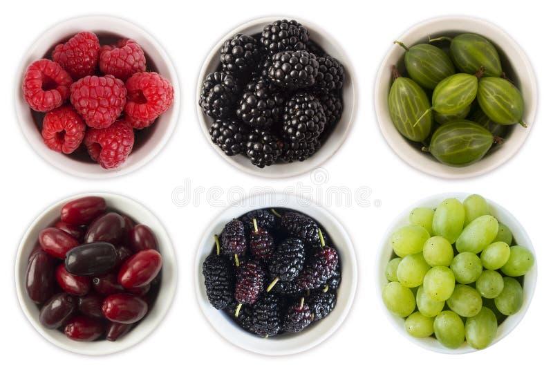 Alimento vermelho, preto e verde Frutos e bagas na bacia isolada no branco Baga doce e suculenta com espaço da cópia para o texto imagem de stock