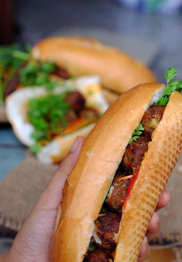 Alimento vietnamiano da rua, nuong do thit do MI do banh foto de stock