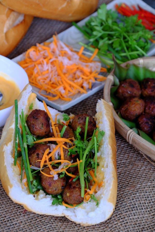 Alimento vietnamiano da rua, nuong do thit do MI do banh imagens de stock