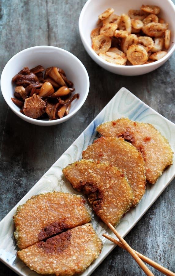 Alimento vietnamiano tradicional no tet, cortado do bolo de arroz glutinoso fotos de stock royalty free