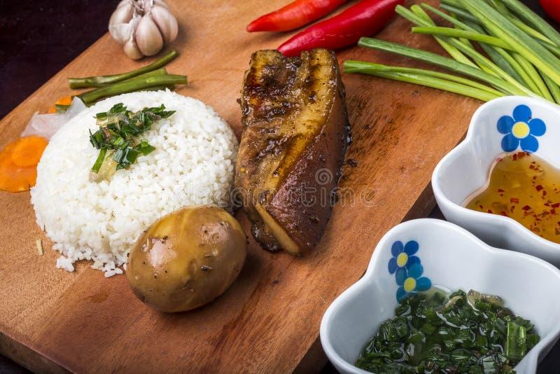 ALIMENTO VIETNAMIANO - vietnamita do arroz quebrado: COM Tam com carne de porco grelhada, ovo frito, meatloaf da carne de porco,  fotografia de stock