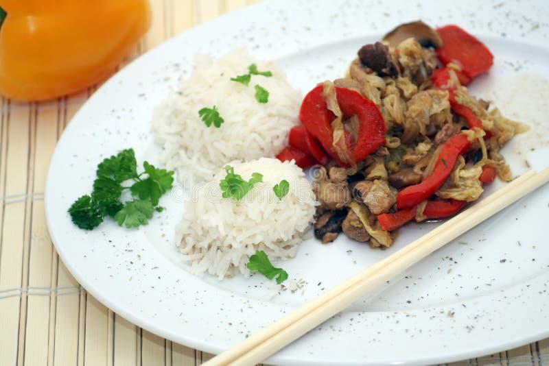 Alimento y palillos chinos fotografía de archivo