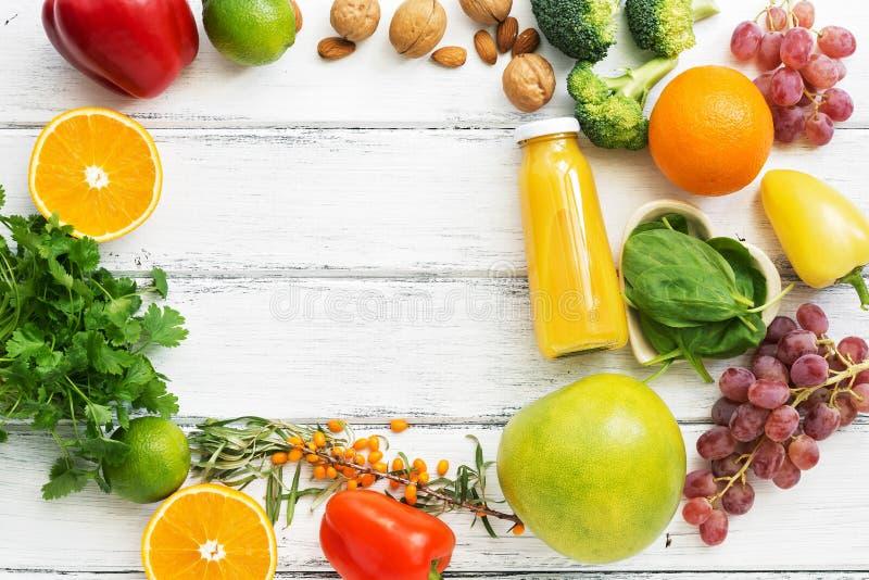 Alimentos altos na vitamina C Frutos, vegetais, porcas, verdes, citrinas Vista superior, configuração lisa O conceito da nutrição fotografia de stock