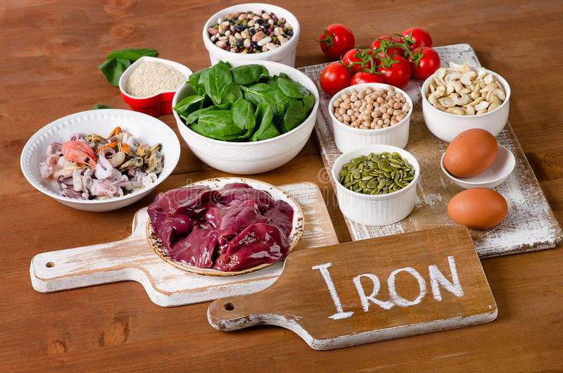 Alimentos altos no ferro, incluindo ovos, porcas, espinafres, feijões, seafoo imagens de stock royalty free