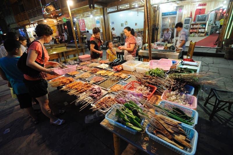 Alimentos assados da rua na noite fotografia de stock royalty free