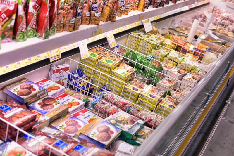 Alimentos congelados na loja fotos de stock royalty free