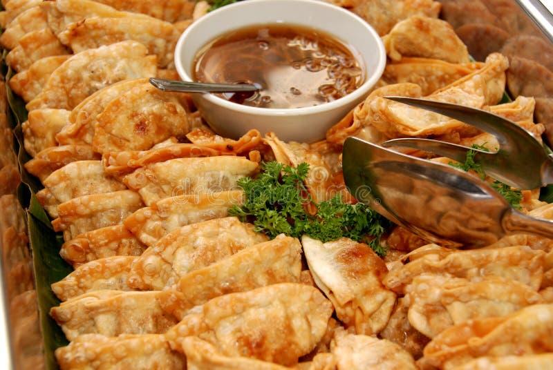 Alimentos cozinhados dentro da bandeja imagens de stock royalty free