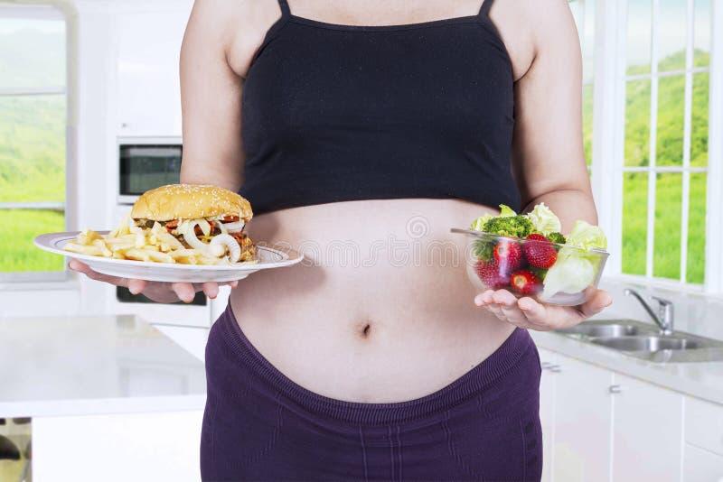 Alimentos da mulher gravida e da escolha fotos de stock