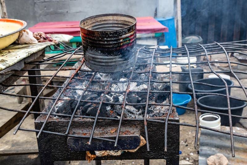 Alimentos da rua em Lagos Nigéria; Grade de Suya imagens de stock