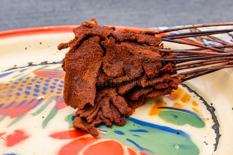 Alimentos da rua em Lagos Nigéria; Suya em uma bandeja imagens de stock