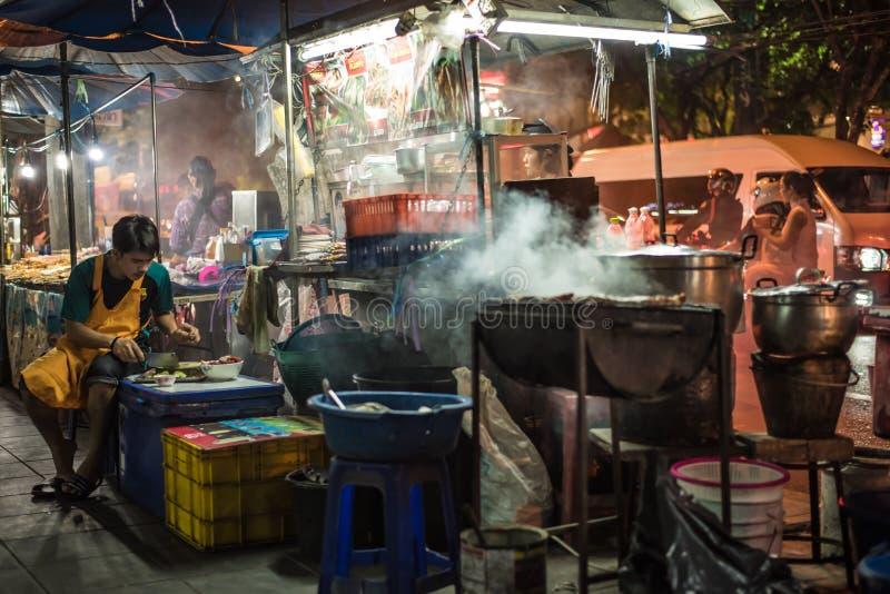 Alimentos da rua prontos de você imagens de stock